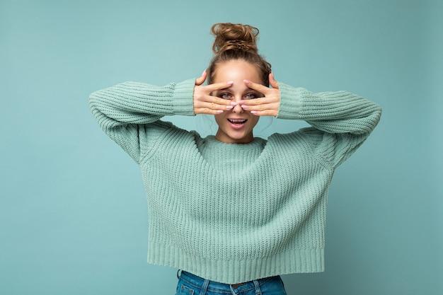 コピースペースと非表示の背景に分離されたスタイリッシュな服を着て誠実な感情を持つ若いポジティブな幸せな笑顔の美しい女性の写真