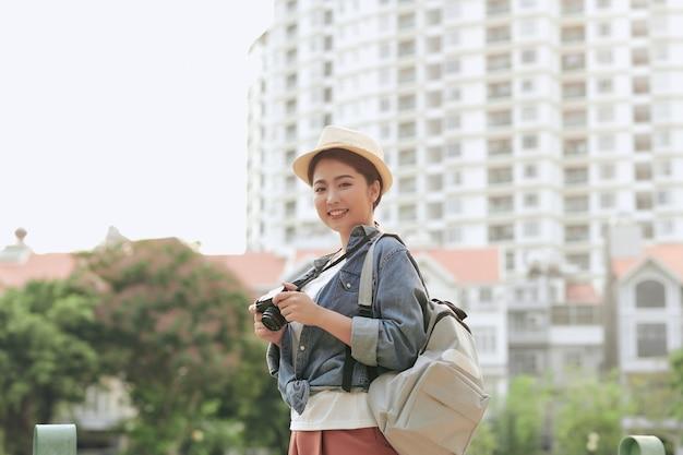 通りを探索している若い観光客の女の子の写真。