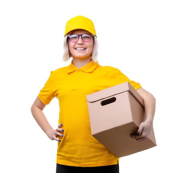 白いきれいな背景に黄色のtシャツで若い女性の宅配便の写真