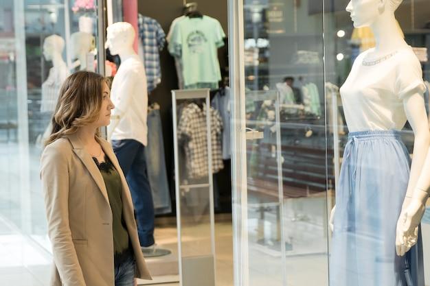 店の窓の背景に若い女性の写真。