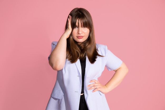 젊은 여성의 생각, 피곤하고 지루해 보이는 팔, 스튜디오 촬영, 분홍색 배경 근처에 있는 우울증 문제로 보이는 사진.