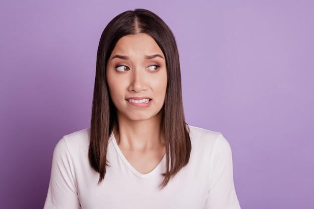 若い女性の写真不幸な悲しい動揺ネガティブな不機嫌そうな唇の歯は紫色の背景の上に分離されて失敗します