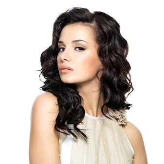 Фото молодой женщины с длинными вьющимися волосами красоты
