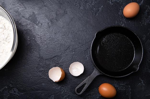 빈 블랙 테이블에 계란 옆 사진 팬