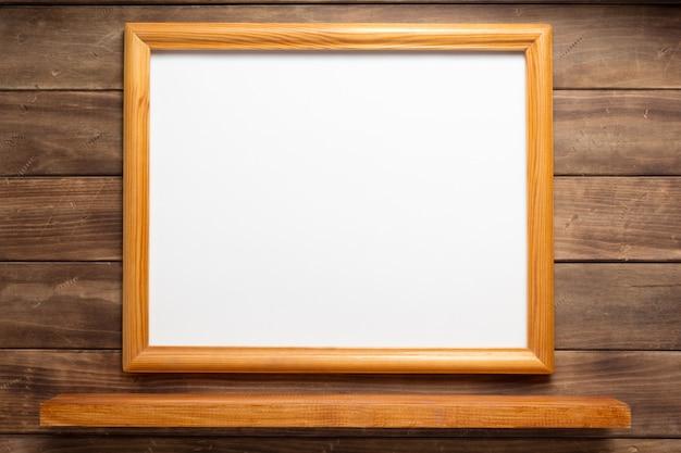 木製の背景に写真の額縁と棚