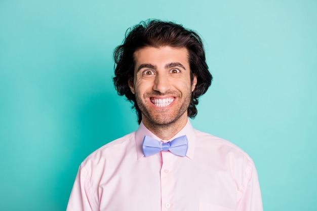 파스텔 청록색 배경에 격리된 웃고 있는 남자의 사진 초상화