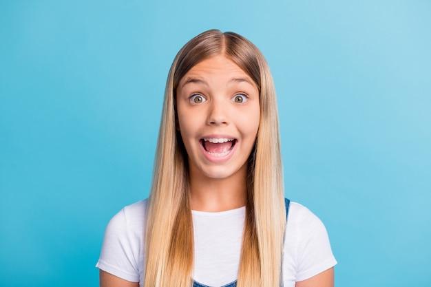 Фотопортрет удивленного ребенка, кричащего, изолированного на пастельно-синем фоне