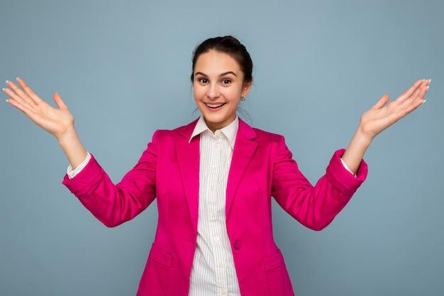 젊은 매력적인 아름 다운 긍정적 인 행복 유쾌한 웃는 갈색 머리 여자의 사진 초상화