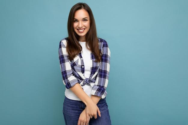 トレンディな青と白のシャツと若い美しい笑顔の流行に敏感なブルネットの女性の写真の肖像画