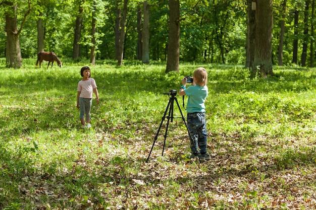 小さな女の子のためのフォトセッション、子供たちは写真家を演じ、モデルを撮影します
