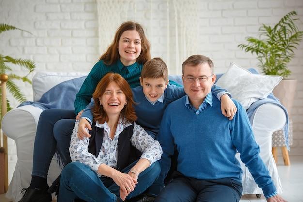 포토 세션-친절한 가족. 4 개의 미소의 가족 초상화