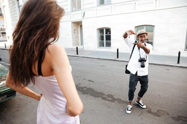 写真家とモデルとの路上でのフォトセッション