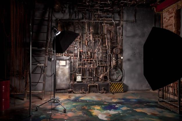 パイプとユーティリティを備えた工場フロアの古い工業用インテリアの写真撮影