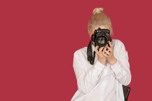 Фото съемки принципиальной схемы девушки принимая фото