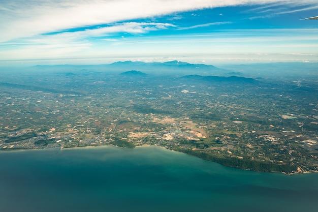태국 중부에서 해변과 바다 옆에 넓은 도시를 촬영 한 제트 비행기에서 찍은 사진.