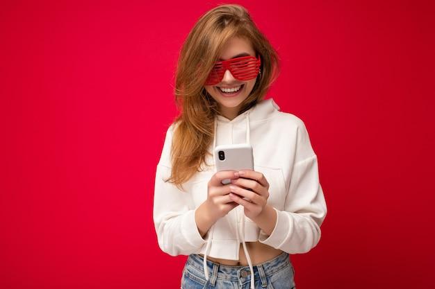 カジュアルでスタイリッシュな服を着ている魅力的なポジティブな格好良い若い女性の写真撮影
