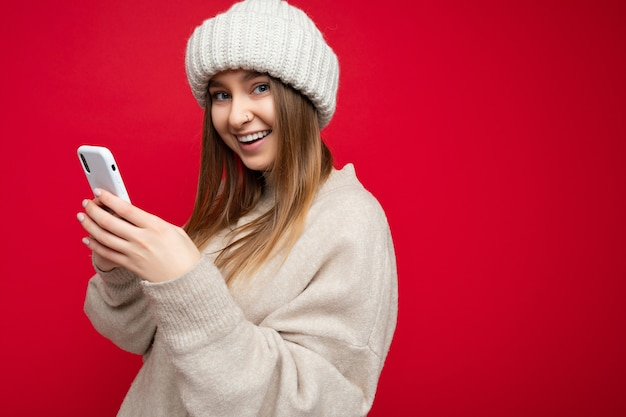 포징 캐주얼 세련된 옷을 입고 매력적인 긍정적 인 좋은 찾고 젊은 여자의 사진 촬영