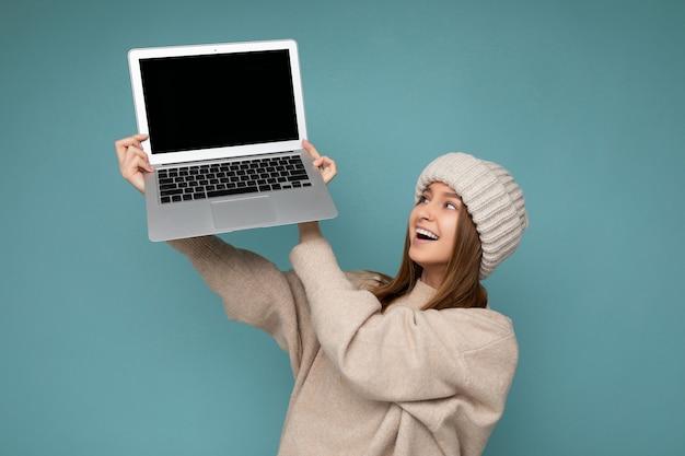 아름 다운 매력적인 매혹적인 꽤 놀란 놀된의 사진 샷 shoked 웃는 행복 한 젊은