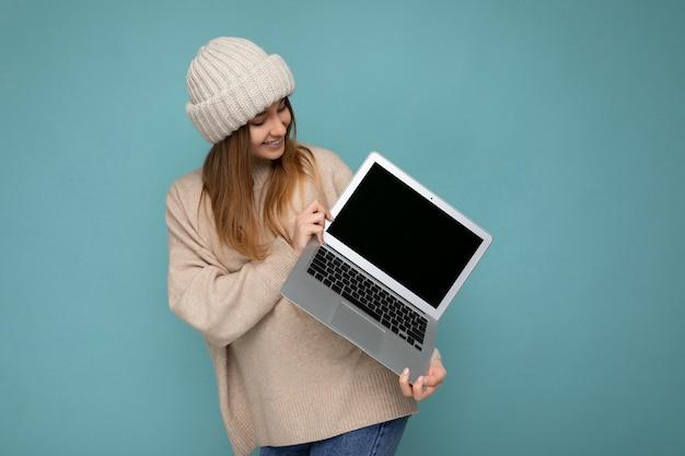 겨울에 매력적인 매혹적인 웃는 행복 젊은 어두운 금발 여자의 사진 촬영