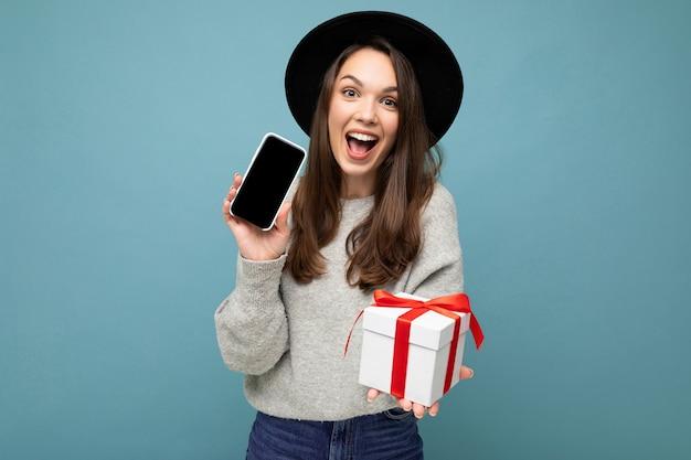 파란색 배경 벽 입고 위에 절연 매력적인 행복 즐거운 젊은 갈색 머리 여자의 사진 촬영