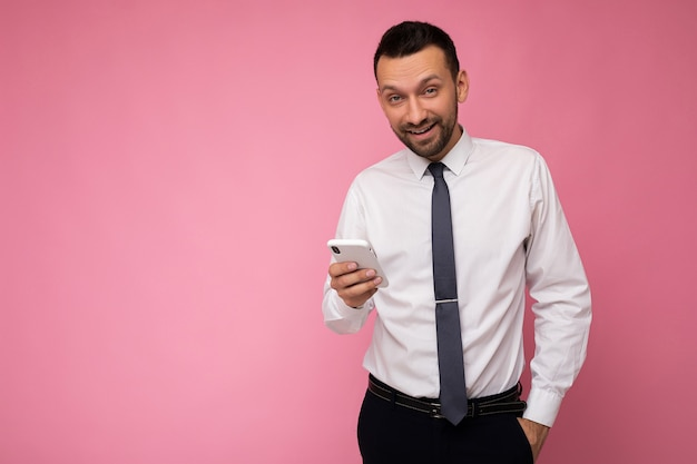 Фотоснимок красивого позитивного симпатичного взрослого бизнесмена в повседневной стильной одежде