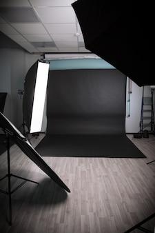 Фотостудия с разнообразным световым оборудованием. фото с копией пространства