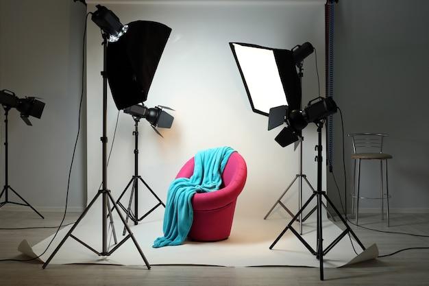 현대적인 인테리어와 조명 장비를 갖춘 사진 스튜디오