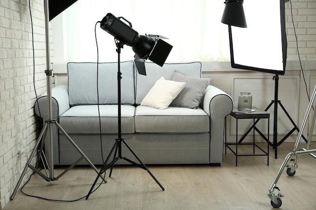 モダンなインテリアと照明器具を備えた写真スタジオ