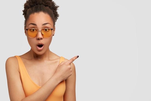 La foto della donna afroamericana sorpresa ha trattenuto il fiato dallo stupore e dall'eccitazione