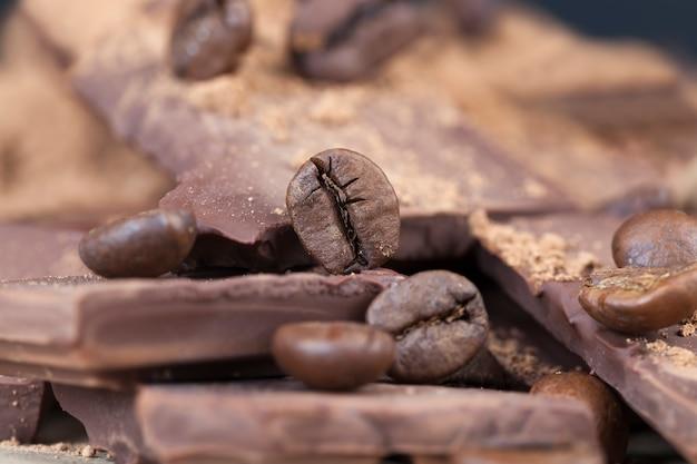 レジャー食材を使った写真-ココアとコーヒー、ココアパウダーをトッピングしたチョコレートバーとコーヒー豆、ココア料理のクローズアップ
