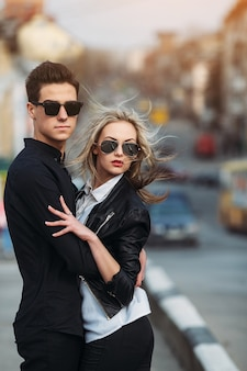 Foto di una giovane bella coppia sulla strada della città
