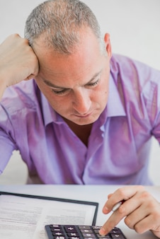 Foto di giovane uomo d'affari depresso seduto in ufficio
