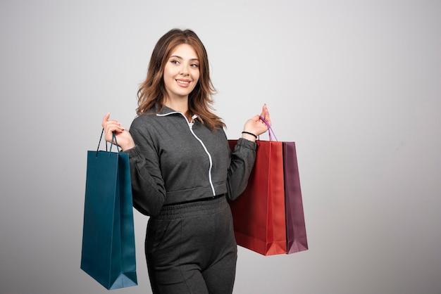 Foto delle borse della spesa della holding della giovane donna.