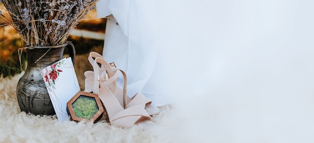 Photo zone canopy bed with shoes, flowers, an invitation to nature. the fabric flutters in the wind. place for a photo of the bride. photo session
