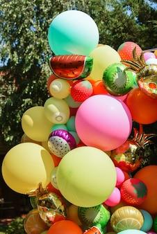 Фотозона с яркими надувными элементами в виде разных фруктов