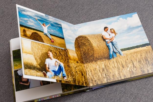 Фотоальбом на палубном столе с фотографиями из путешествий