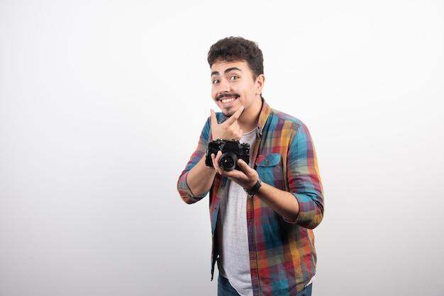 고객이 사진을 찍을 때 미소를 지으라고 요구하는 사진.