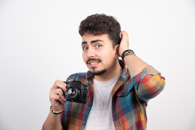 그의 카메라를보고 생각하는 사진.