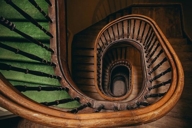 고대 집으로 나선형으로 올라가는 고대 계단 사진