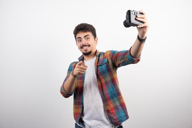 카메라로 자신의 셀카를 긍정적 인 방식으로 찍는 사진을 찍습니다.