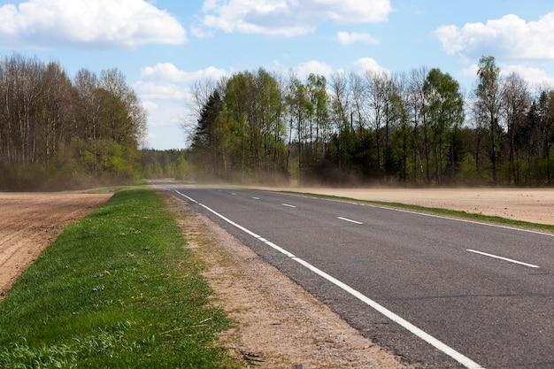 벨로루시 공화국 영토에 위치한 작은 도로를 촬영했습니다.