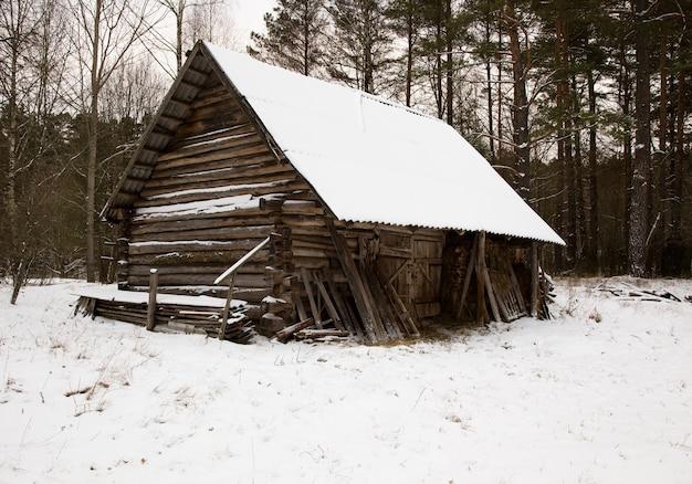 古い木造建築のクローズアップで撮影。冬