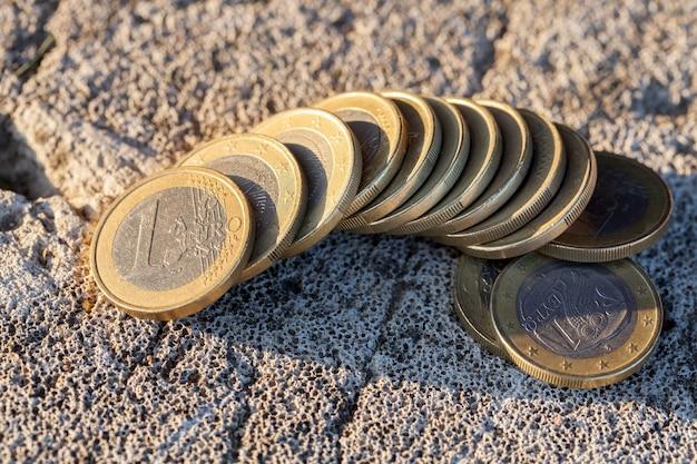 Сфотографирован крупным планом монеты евросоюза - евро. маленькая глубина резкости