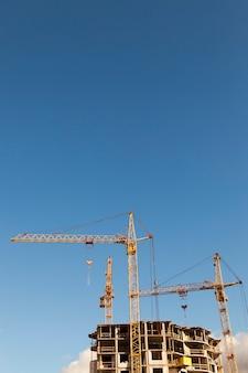 새로운 다층 주거용 건물 건설 중 클로즈업 건설 크레인 촬영