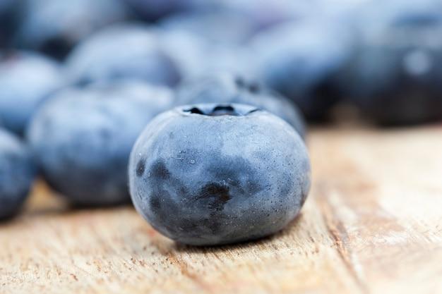 ブルーベリーの収穫熟したベリーをクローズアップで撮影、