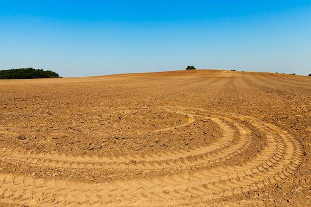 新しい作物を植えるための耕作された農地の写真のクローズアップ