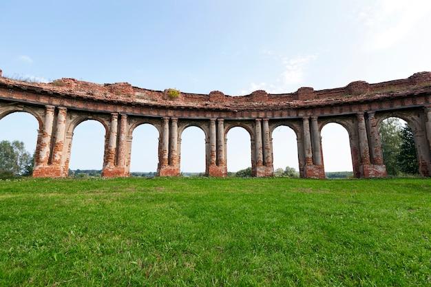 ベラルーシ共和国のルジャニー領土の村にある古代の城の残りのアーチ遺跡のクローズアップ写真。夏のシーズン。