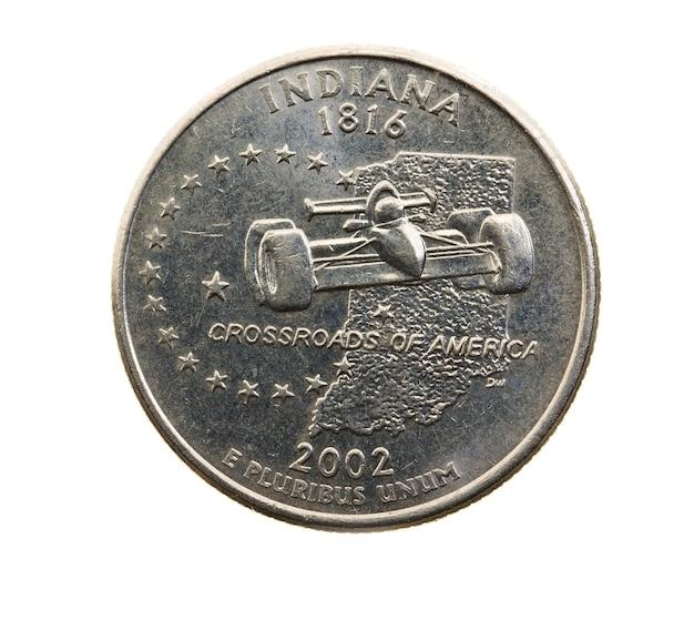 Сфотографирован крупным планом на белой монете доллар американский четверть двадцать пять центов, индиана