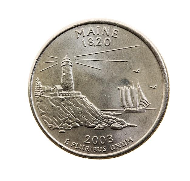 Сфотографирован крупным планом на белой монете доллар американский четверть двадцать пять центов, штат мэн