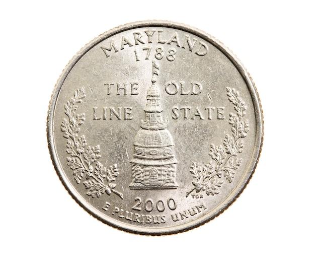 Сфотографирован крупным планом на белой монете доллар американский квартал двадцать пять центов, штат мэриленд